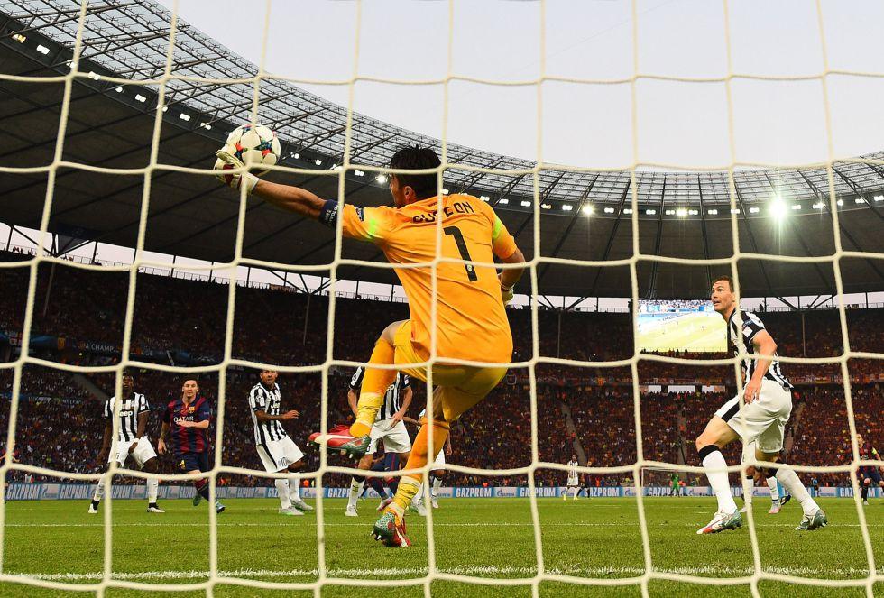 El portero de la Juventus, Gianluigi Buffon, realiza una excelente a Dani Alves