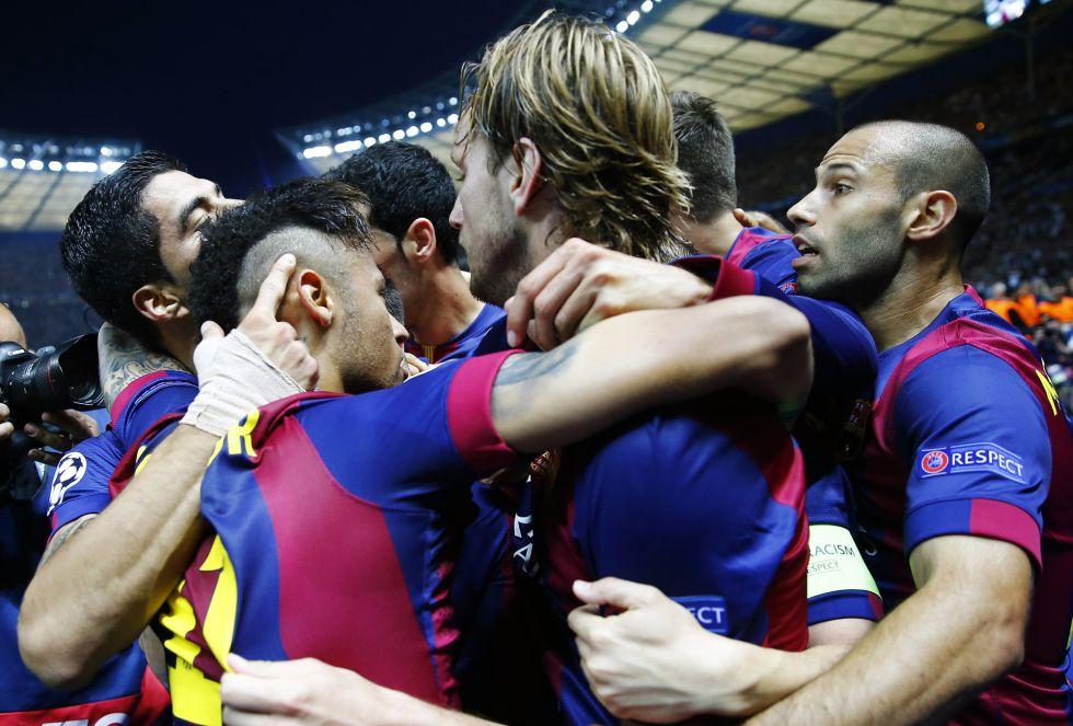 Los jugadores del Barcelona celebran el segundo gol de Luis Suárez que los acerca un poco más al triplete