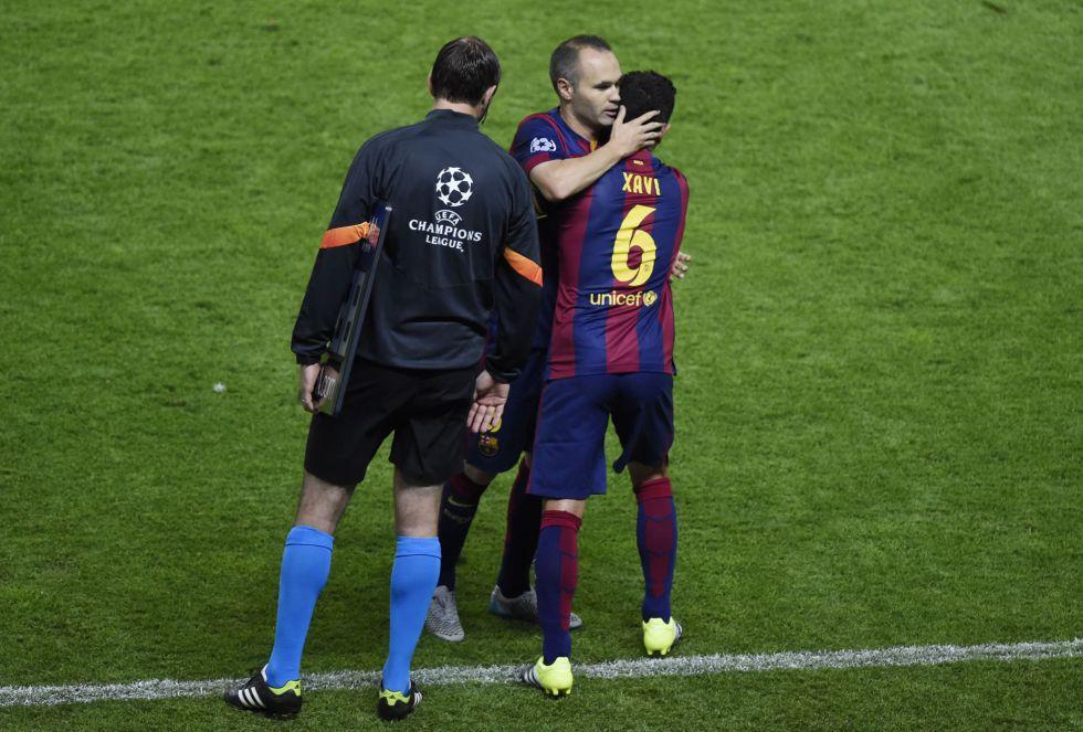 Xavi juega su último partido con el Barça y se abraza a su amigo Iniesta en el cambio