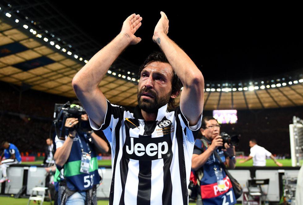 Andrea Pirlo aplaude a su afición al deselance del encuentro y sus seguidores le corresponden a modo de ovación