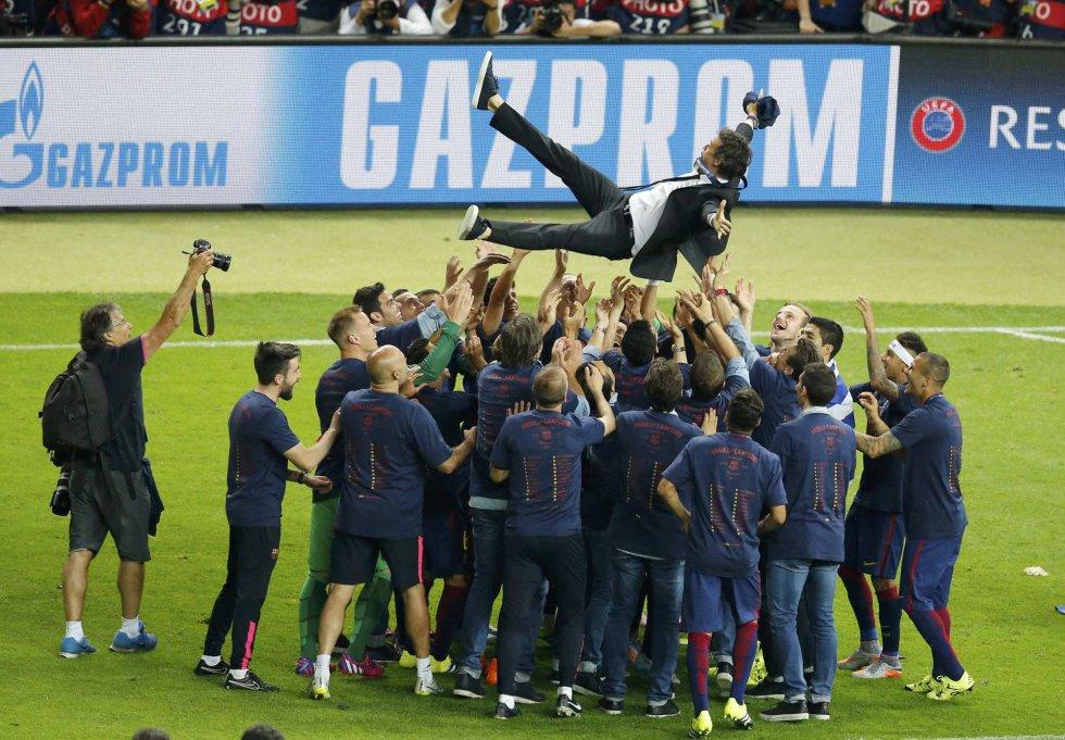 Luis Enrique es manteado por sus jugadores tras lograr la Champions.