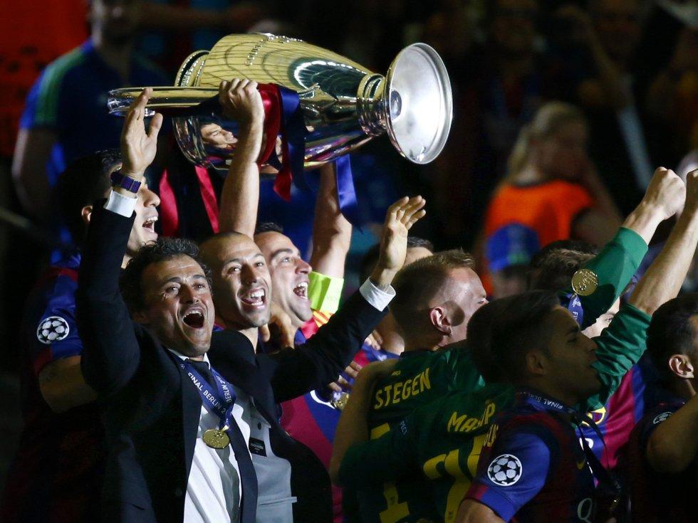 Luis Enrique y sus jugadores reciben el trofeo de campeones de Europa.