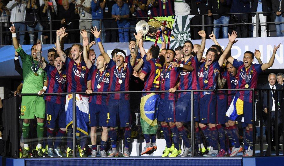 Los jugadores del Barcelona recogen la Copa de Europa.