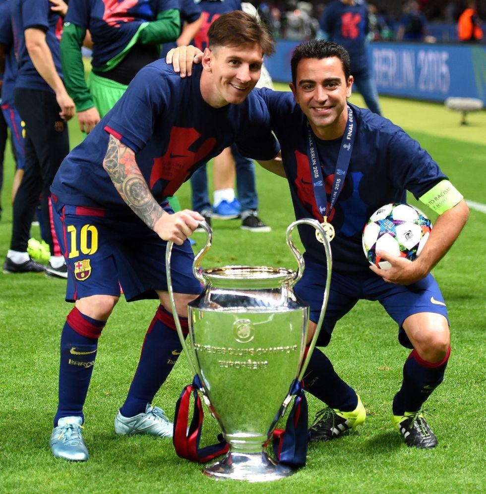 Messi y Xavi son fotografiados con el balón de la final y la quinta Copa del Barça