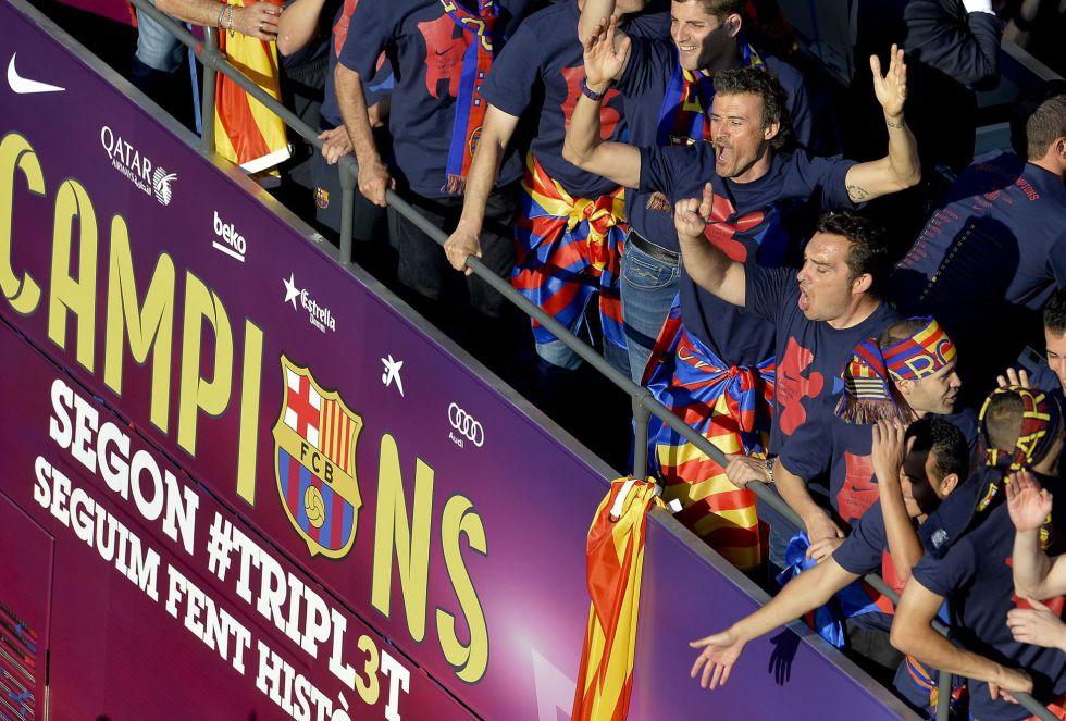 Luis Enrique y Xavi Hernández en el bus del Fútbol Club Barcelona celebrando el triplete
