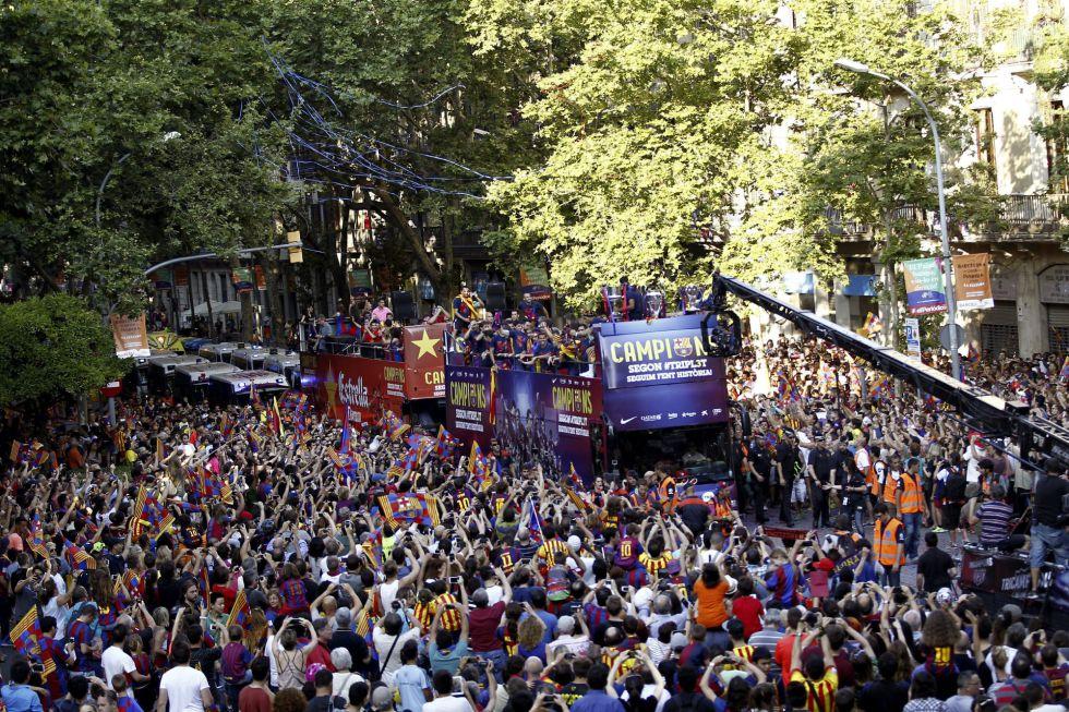 Los aficiones culés llenaron las calles de Barcelona para celebrar el triplete