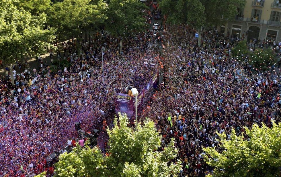 Repletas las calles de Barcelona con los aficionados culés acompañando a la plantilla azulgrana