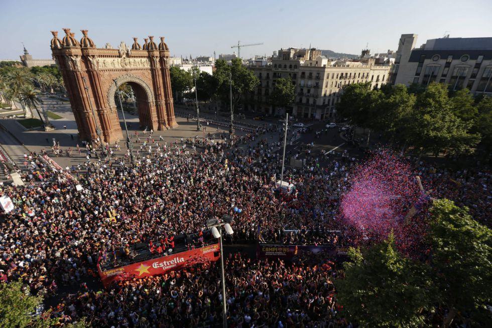 El autobús del Barça pasando por el Arco de Triunfo de Barcelona