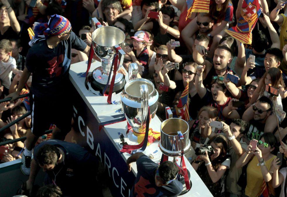 Los tres títulos cosechados en la temporada 2014/2015 presiden el autobús del Barça