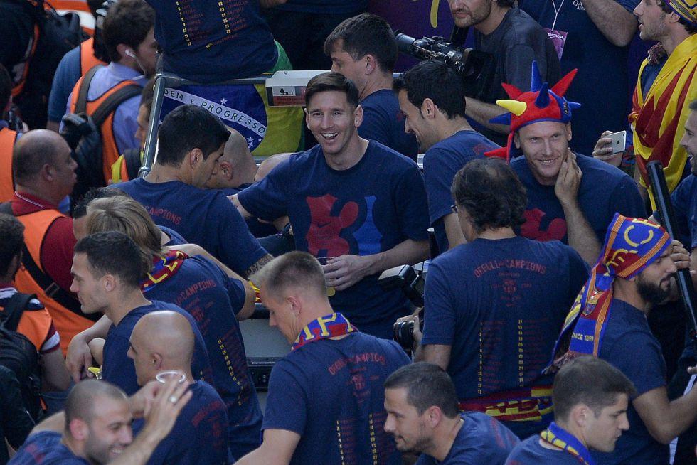 Los jugadores del Barcelona celebran el triplete en el autobús de campeones