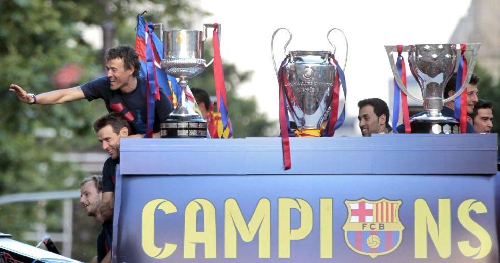 El técnico del Barcelona saluda desde el autobús de campeones