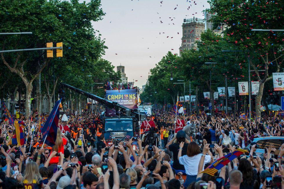 El autobús se hace paso ante la multitud culé que abarrota las calles de Barcelona