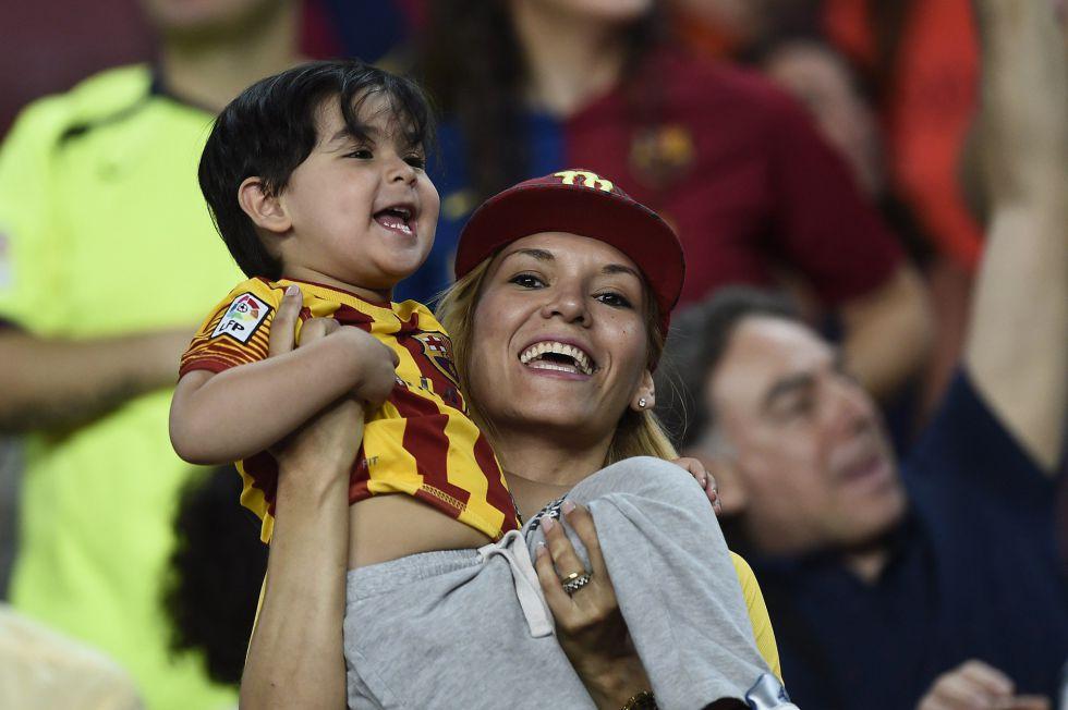 Una aficionada del Barcelona celebra con su hijo el triplete culé