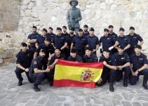 Un grupo de guardias civiles se fotografía ante una estatua de Franco