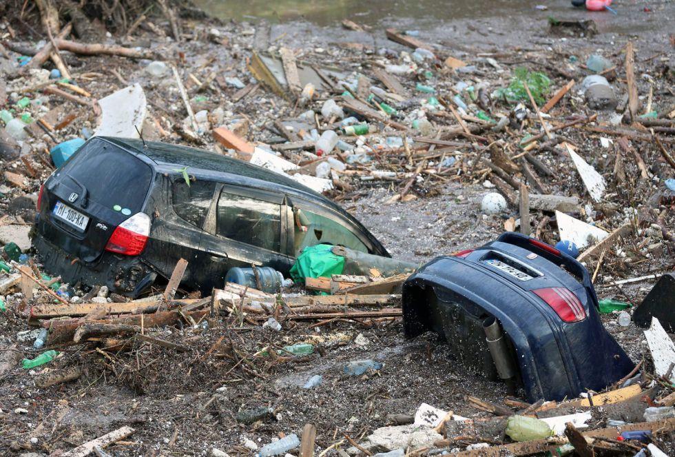 Destrozos y coches sumergidos tras la inundación en Tbilisi. Según han informado medios locales, al menos ocho personas han muerto debido a las graves inundaciones en la capital de Georgia.
