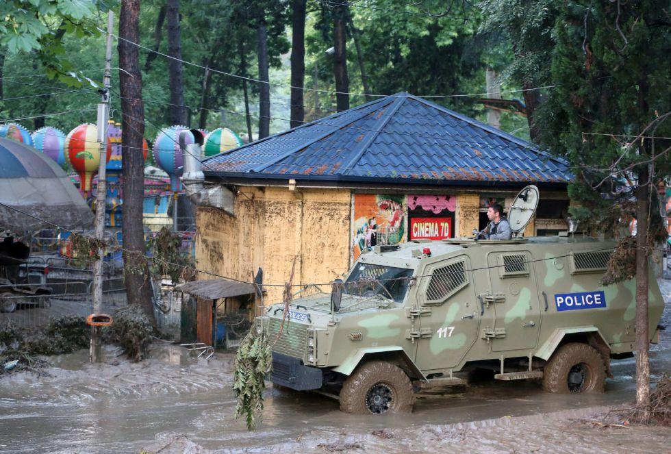 Imagen que muestra un coche de policía en una calle inundada en Tbilisi, Georgia. Al menos ocho personas han muerto debido a la severa inundaciones en la capital de Georgia.
