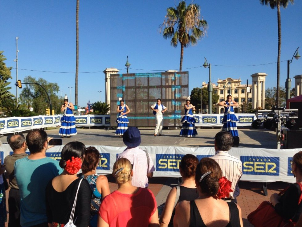 La fiesta más popular de Málaga con las que saben interpretarlo de la mejor manera en la Plaza de la Marina y con el puerto de fondo.