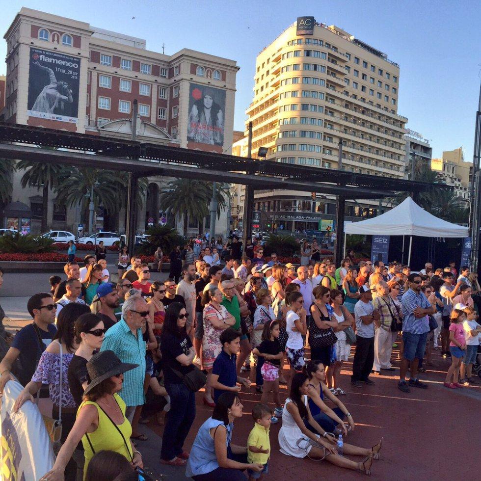 El público esta pendiente de todo lo que ocurre en la Plaza de la Marina