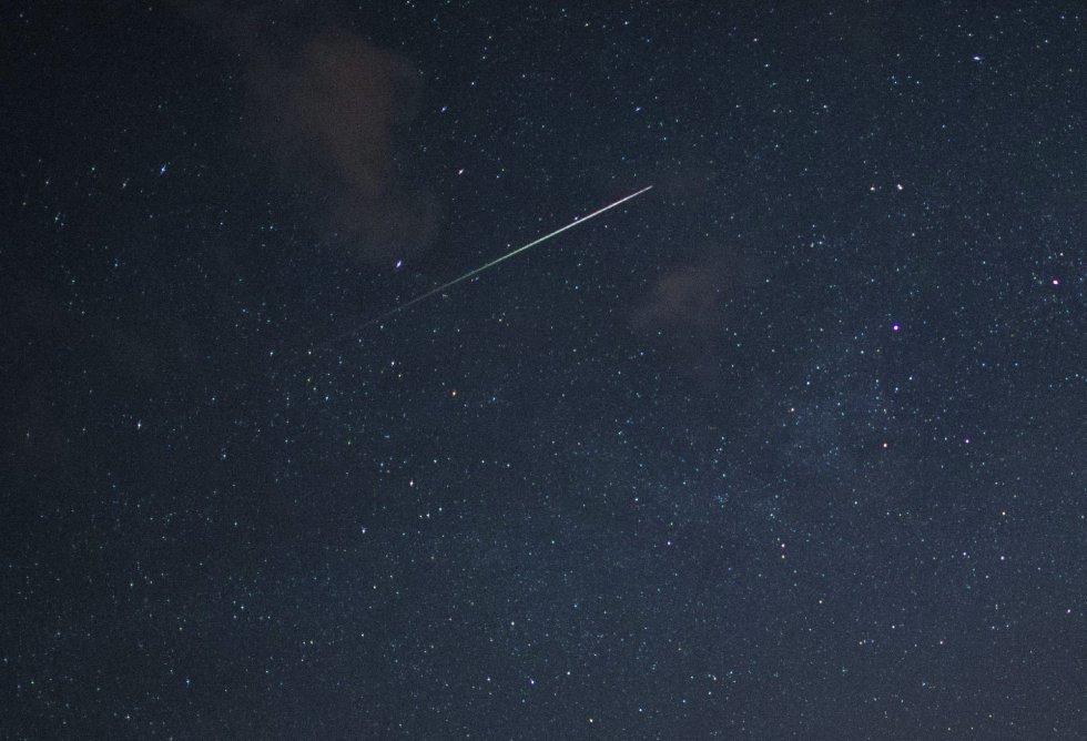 Una estrella fugaz ilumina el cielo en Oder-Spree (Alemania) ayer 11 de agosto de 2015.