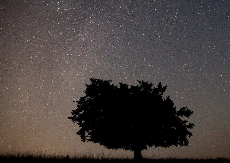 Un meteoro cruza el cielo durante la lluvia de Perseidas.