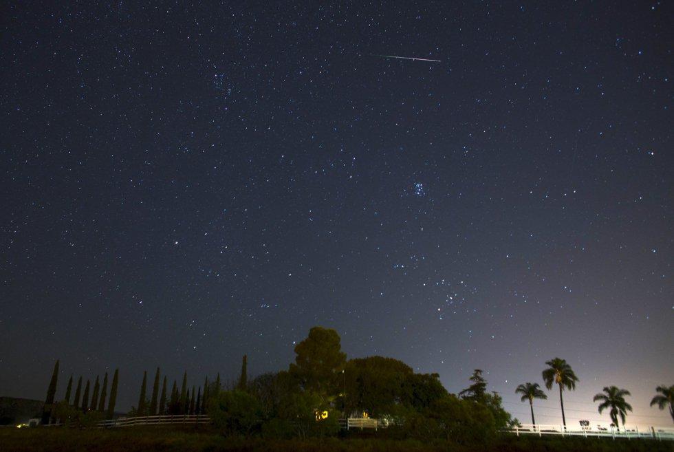 El cielo estrellado durante las lluvia de Perseidas en Ramona, California.