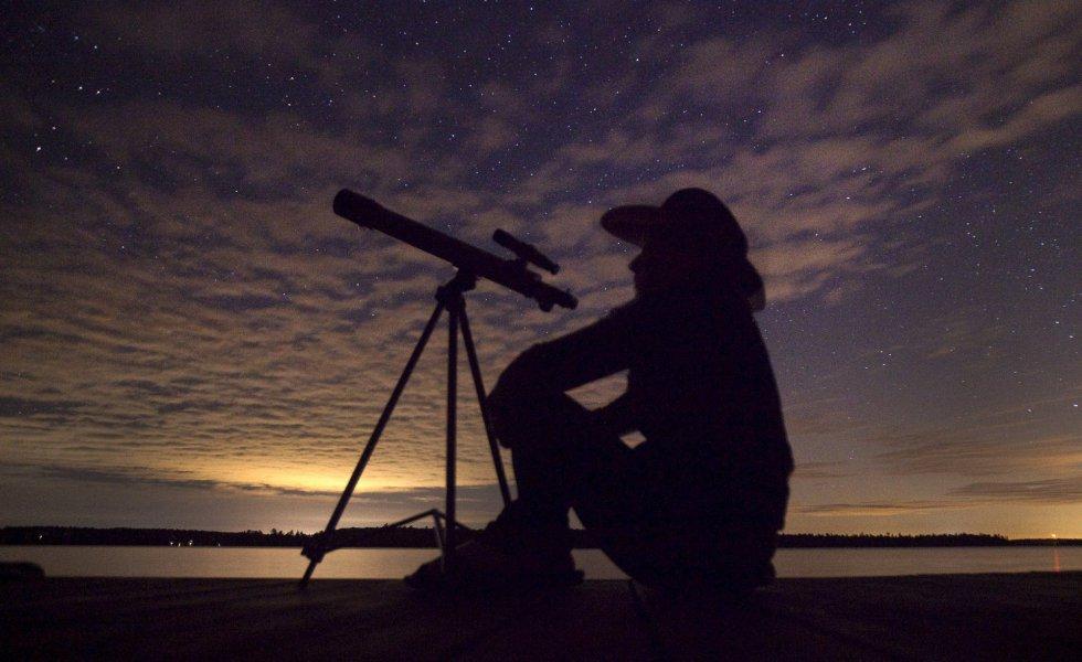 Una persona observa con su telescopio el cielo.