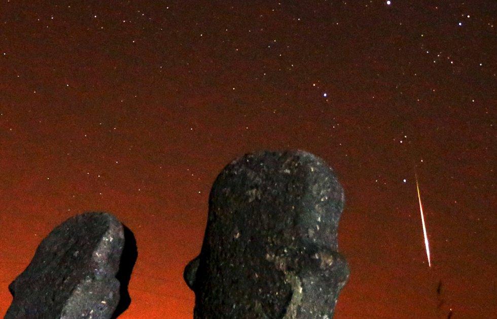 Un meteorito cruza el cielo durante la noche de lluvia de estrellas en el yacimiento arqueológico de Maculje cerca de la ciudad bosnia Novi Travnik.