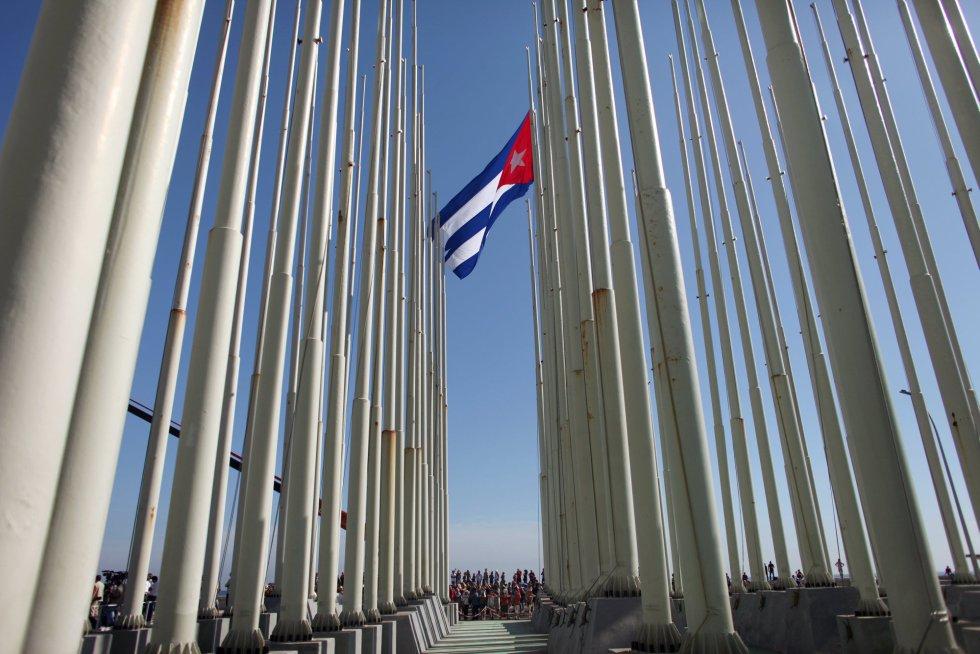 La bandera de Estados Unidos vuelve a ondear en La Habana después de 54 años.