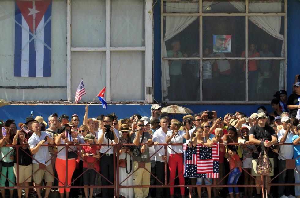 Durante la ceremonia, en los alrededores de la embajada se congregaron centenares de cubanos y turistas, que portando banderas estadounidenses y cubanas, que no quisieron perderse este día histórico.