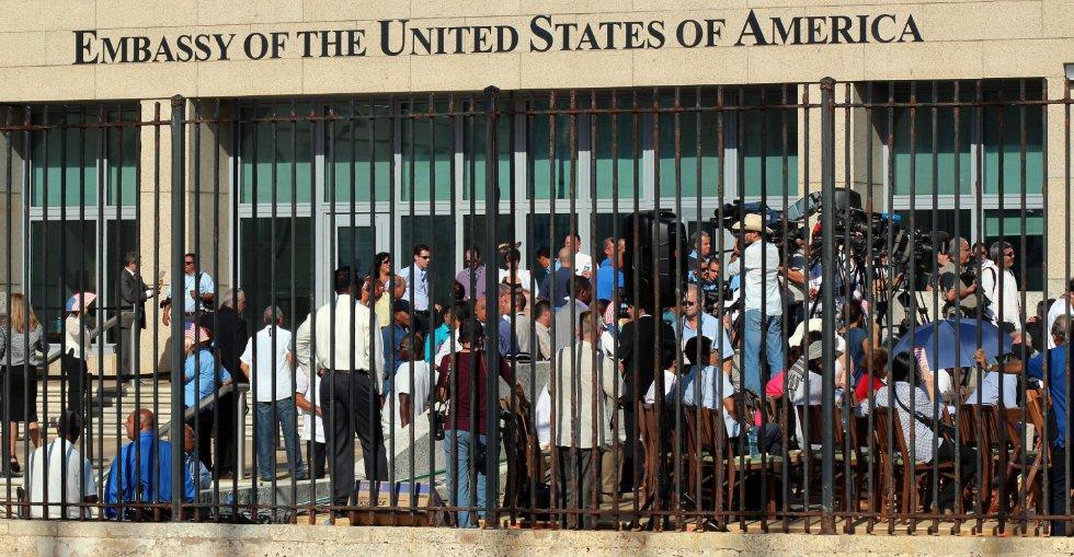 Decenas de periodistas asisten a la ceremonia de izado de la bandera estadounidense en la embajada de ese país en La Habana (Cuba).