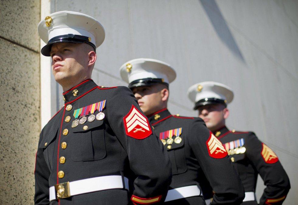 Marines de EEUU forman para la ceremonia de izado de bandera.
