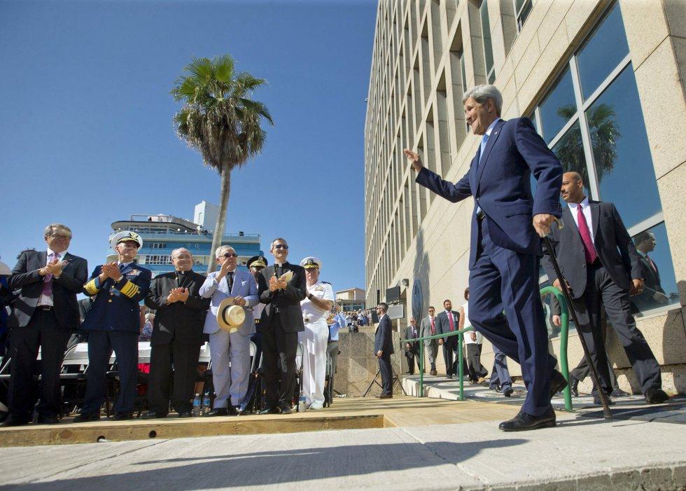 """En el discurso de Kerry previo al izado señaló que en la nueva embajada, reabierta el pasado 20 de julio, se siente """"como en casa"""", feliz de estar en La Habana viviendo """"una jornada para dejar a un lado viejas barreras y explorar nuevas posibilidades""""."""