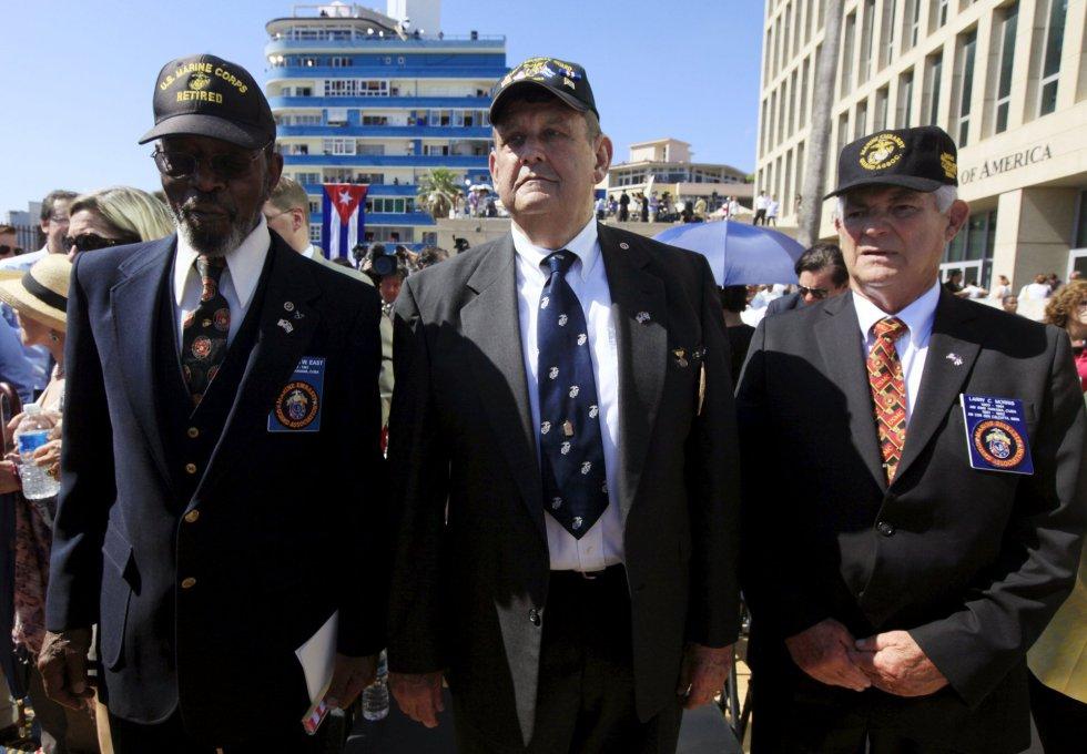Larry Morris, Mike East y Jim Tracey, los antiguos marines, todos septuagenarios, entregaron la bandera a los jóvenes marines encargados de colocarla en el mástil e izarla.