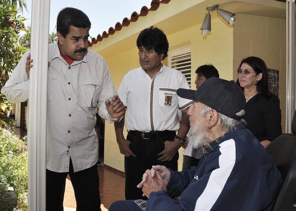 Coincidiendo con el izado de la bandera de EEUU en La Habana, Cubadebate ha difundido una foto del expresidente de Cuba, Fidel Castro (D), celebrando su 89 cumpleaños acompañado por sus aliados de Venezuela, Nicolás Maduro (i), y de Bolivia, Evo Morales (C), en La Habana, el 13 de agosto de 2015.