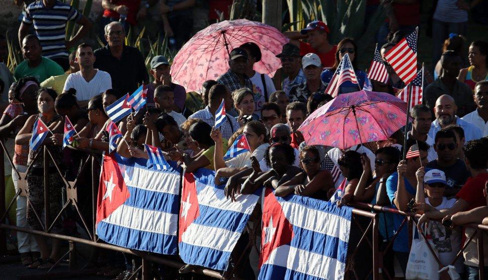 Un grupo de personas observa la ceremonia de izado de la bandera estadounidense en la embajada de ese país en La Habana (Cuba).