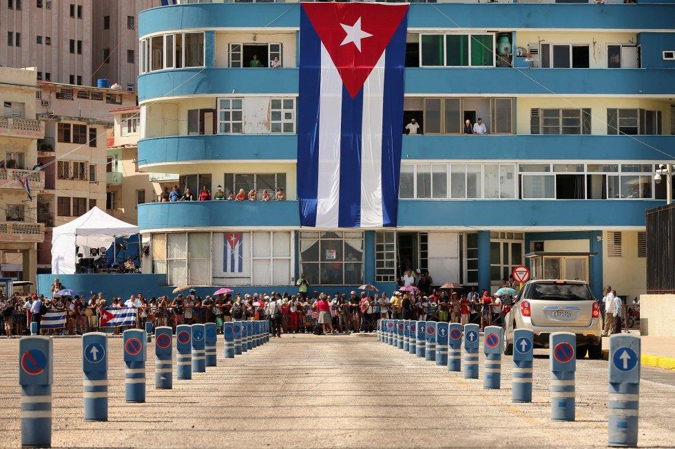 Cientos de cubanos y turistas se han acercado a la zona de la embajada de EEUU en Cuba para ver la histórica ceremonia.
