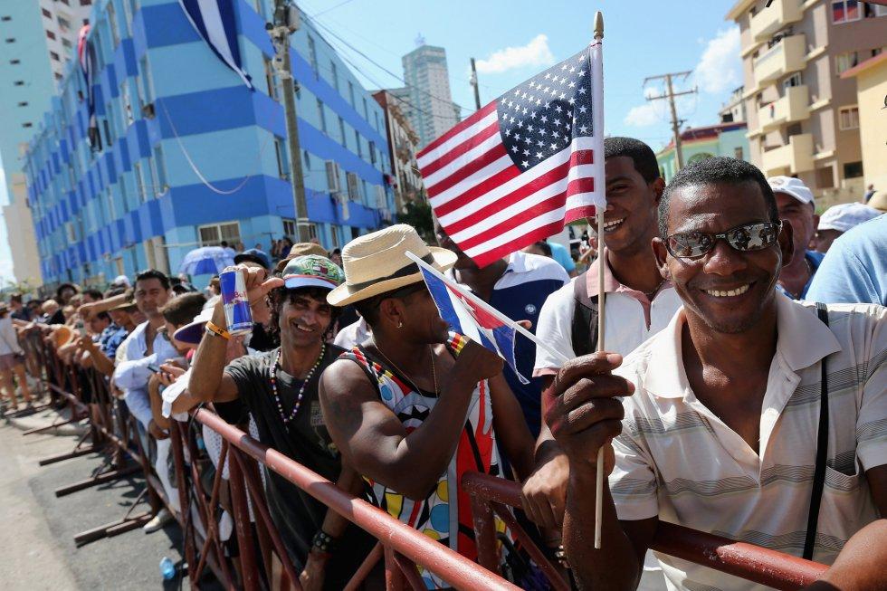 Un cubano sostiene la bandera de EEUU. Este país y Cuba, enemigos durante la guerra fría, retomaron sus relaciones diplomáticas en julio.