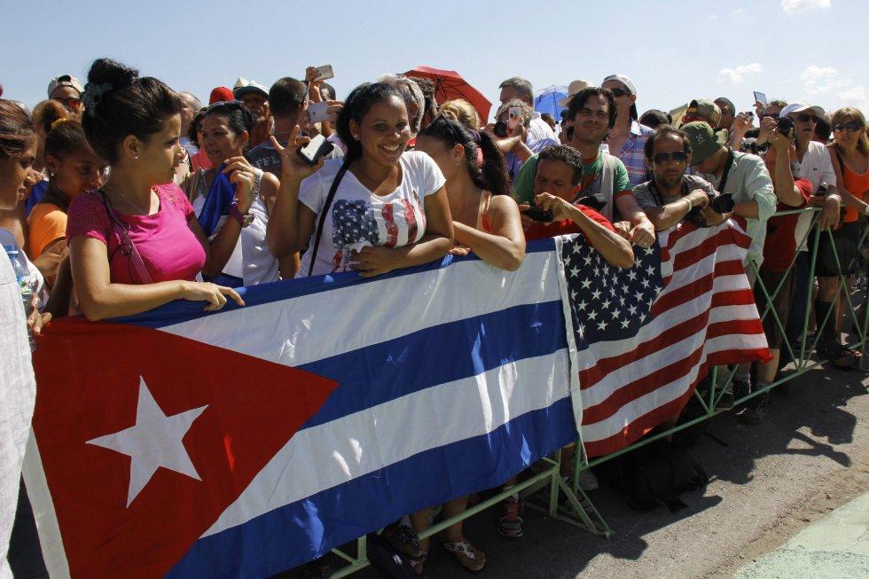 Los ciudadanos y turistas han usado sus móviles como cámaras para retratar este histórico día para EEUU y Cuba.