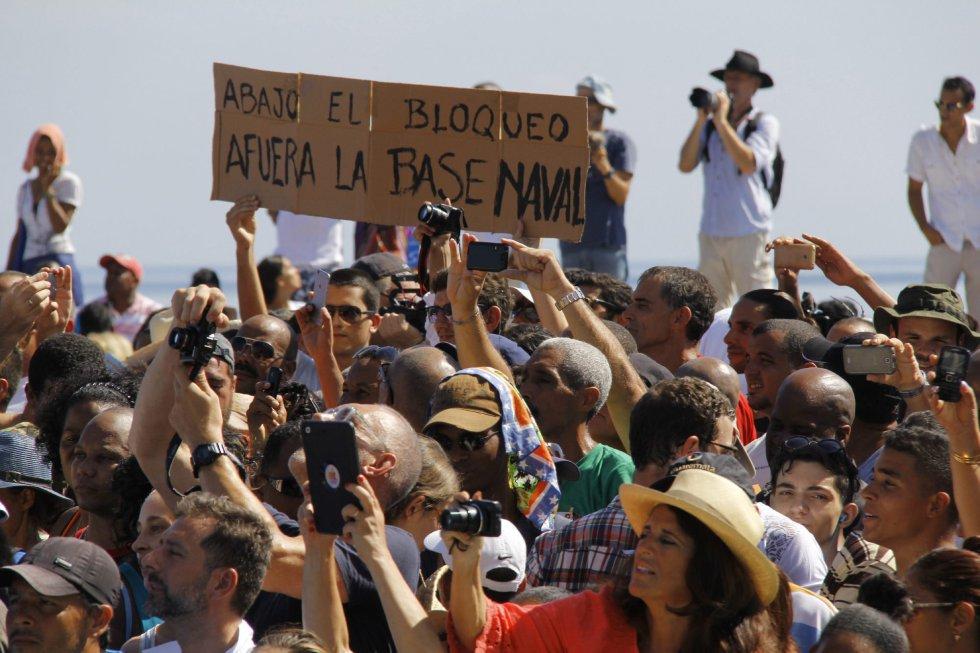 """""""Abajo el bloqueo, afuera la base naval"""", se puede leer en un improvisado cartel entre los asistentes a la ceremonia."""