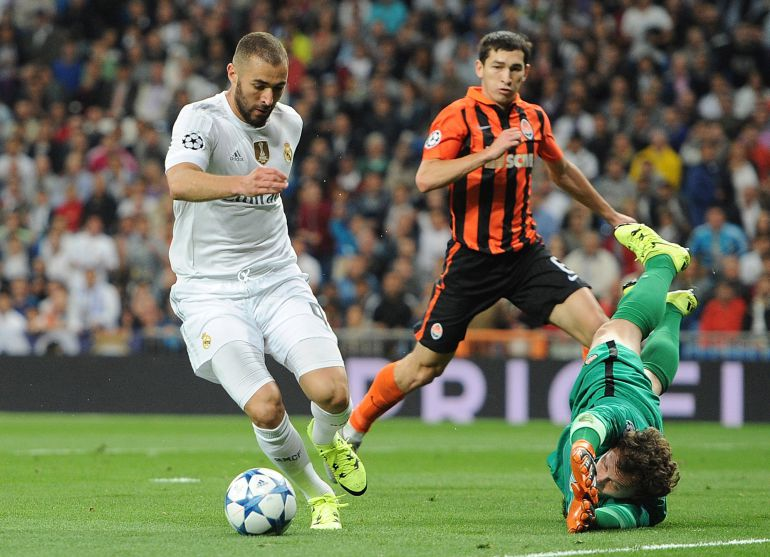 MADRID, SPAIN - SEPTEMBER 15:  Karim Benzema of Real Madrid beats Andriy Pyatov of Shakhtar Donetsk, but does not socre during the UEFA Champions League Group A match between Real Madrid and Shakhtar Donetsk at estadio Santiago Bernabeu on September 15, 2015 in Madrid, Spain.  (Photo by Denis Doyle/Getty Images)