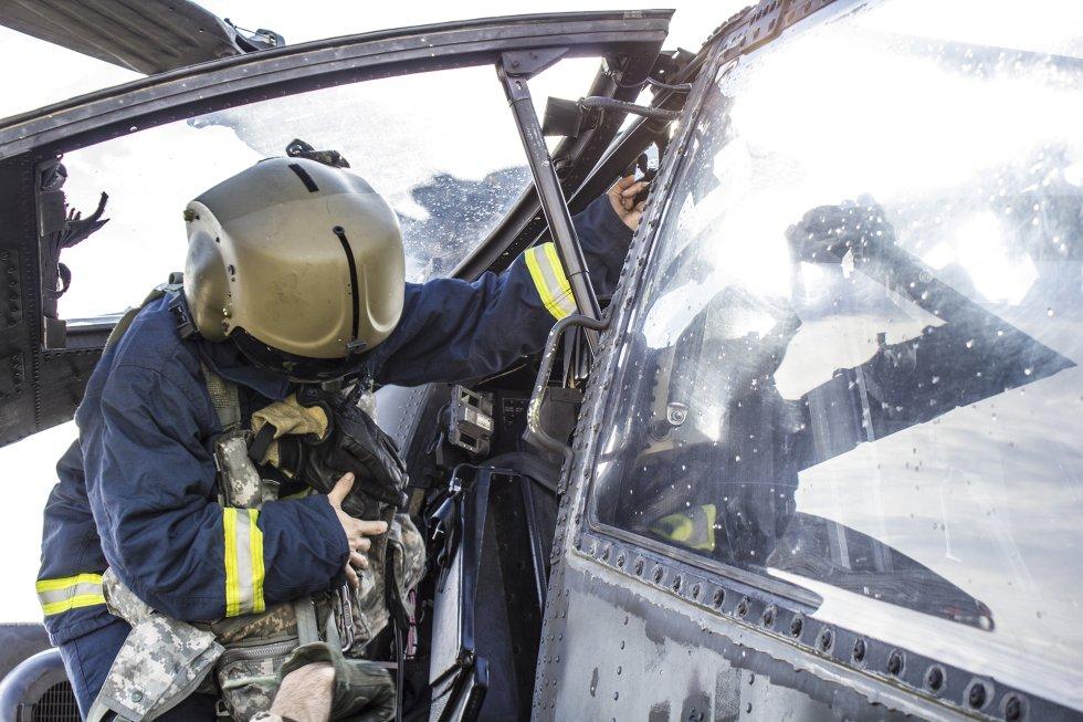 En estos ejercicios no solo trabajan los militares. Bomberos y equipos de salvamento también tienen un papel fundamental y trabajan para conocer todos los aparatos de combate lo mejor posible.