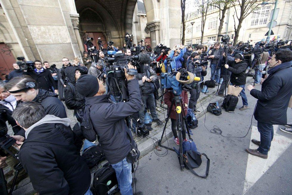 Periodistas cerca del edificio donde la policía está llevando a cabo la operación en Saint-Denis