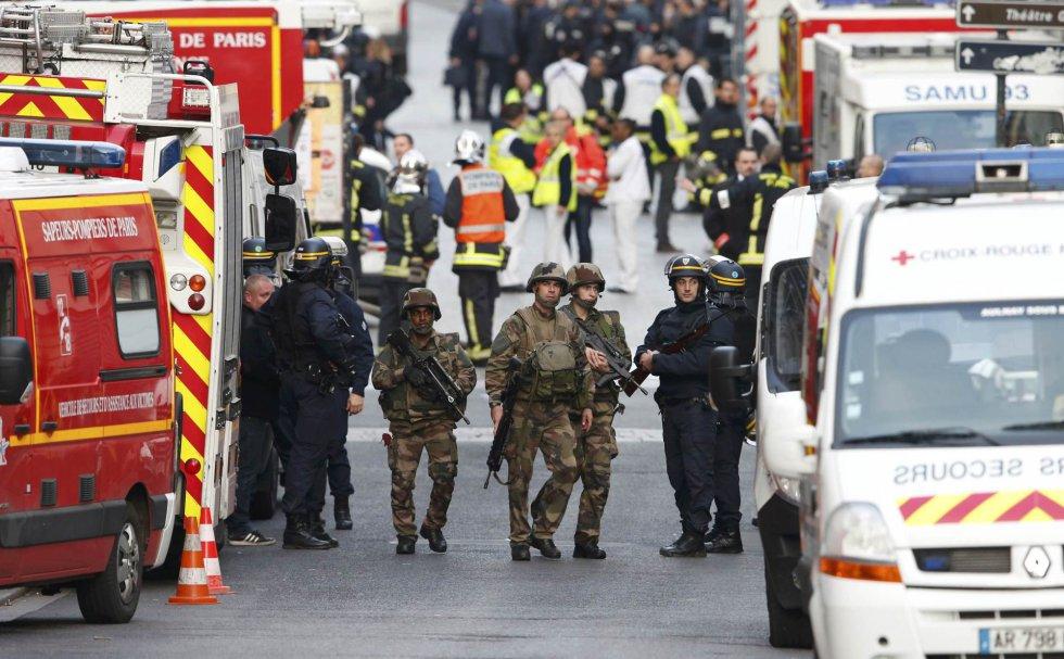 Policía francesa, militares, bomberos y miembros de la Cruz Roja francesa y servicios de emergencia, en el lugar de los hechos
