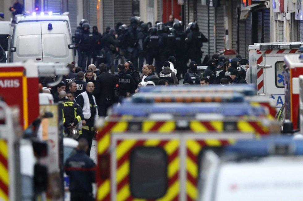 El centro de Saint Denis ha sido acordonado por la policía, mientras que las autoridades han pedido a los habitantes que no salgan de sus casas