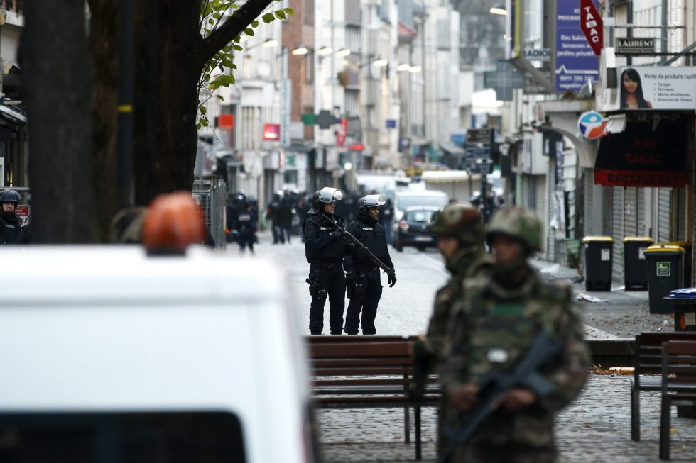 Las ventanas de las casas permanecen cerradas y apenas se ven habitantes por las calles de Saint-Denis, solo policía y servicios de emergencias