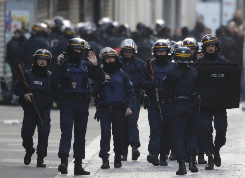 El barrio de Saint-Denis donde permanecen atrincherados los terroristas está cercada por la policía francesa