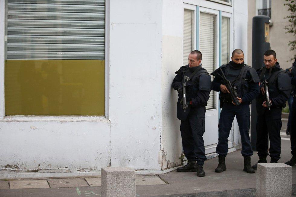 Policías resguardados durante la operación en Saint-Denis