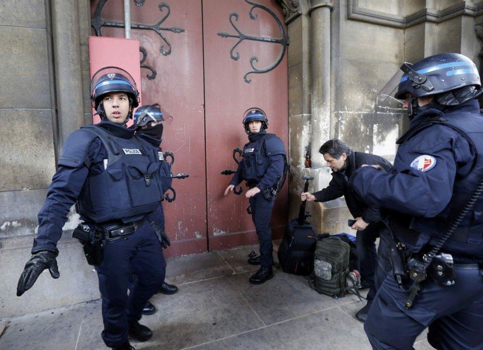 Agentes de la Policía francesa, a las puertas de una iglesia de Saint-Denis.