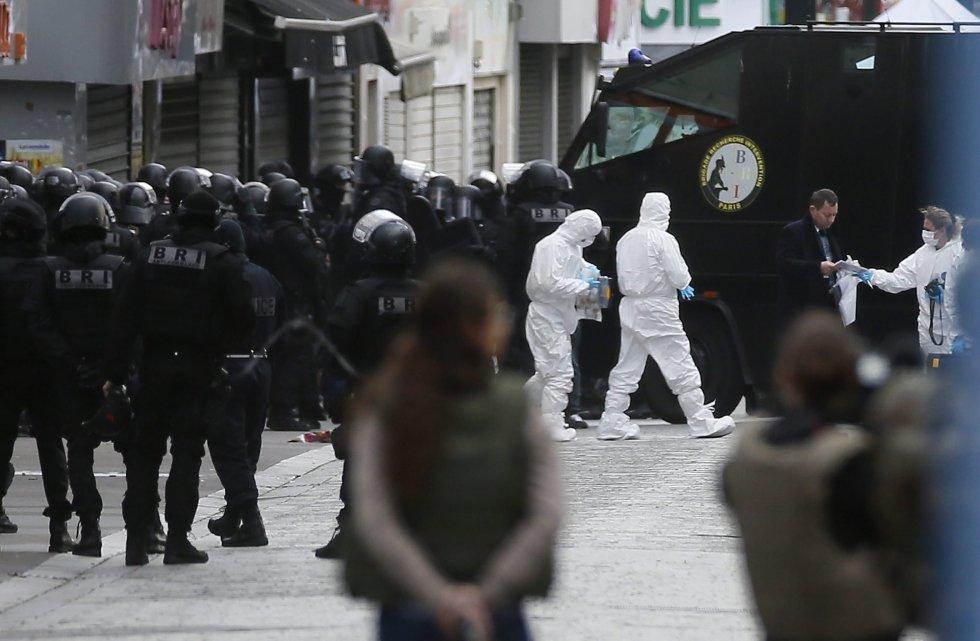 110 agentes de las fuerzas especiales han participado en la operación antiterrorista cerca de París. La Fiscalía de París confirmó que una mujer se suicidó haciendo estallar su cinturón de explosivos.