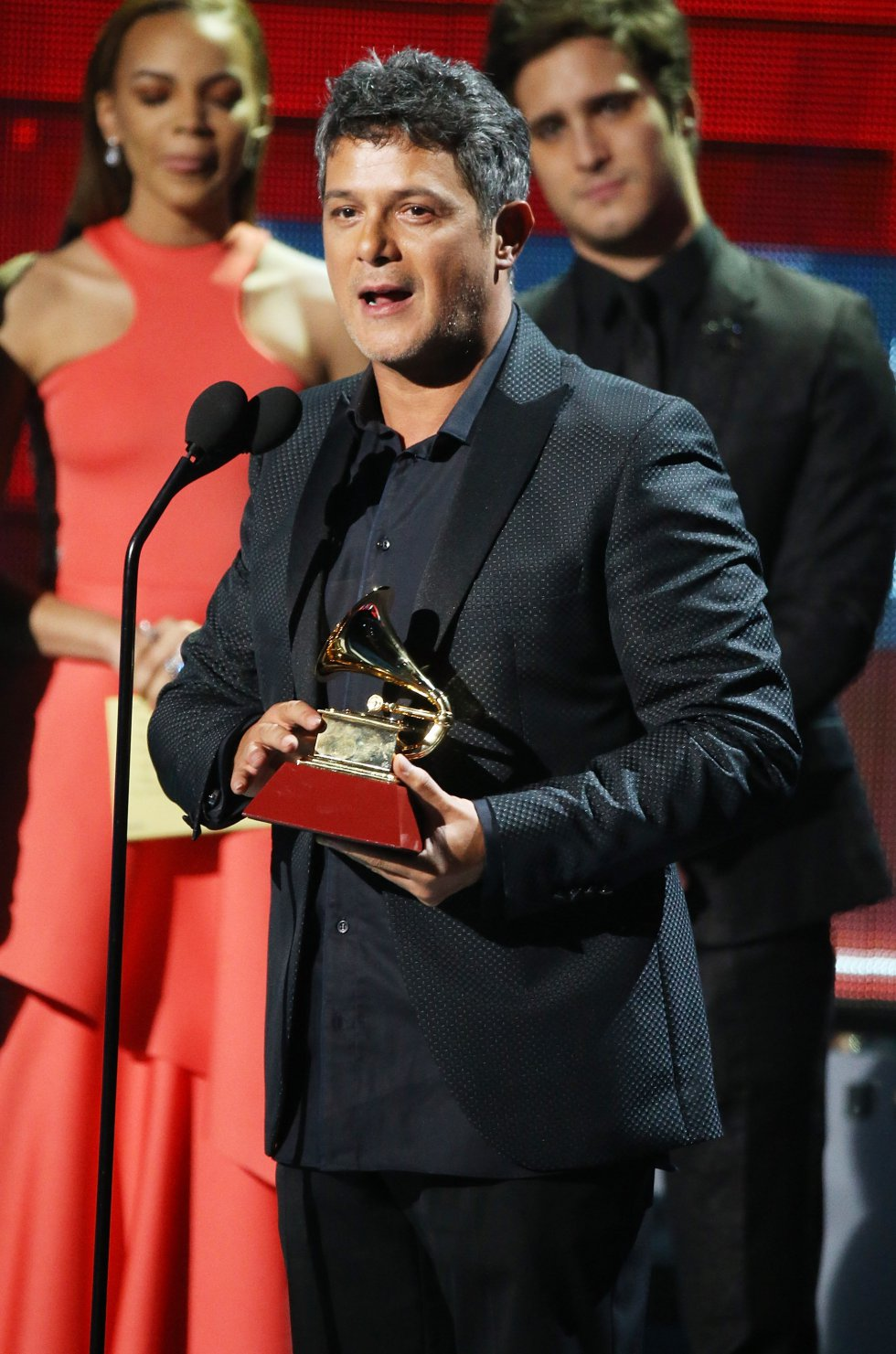 Alejandro Sanz recoge el premio al mejor álbum vocal pop contemporáneo por 'Sirope'.